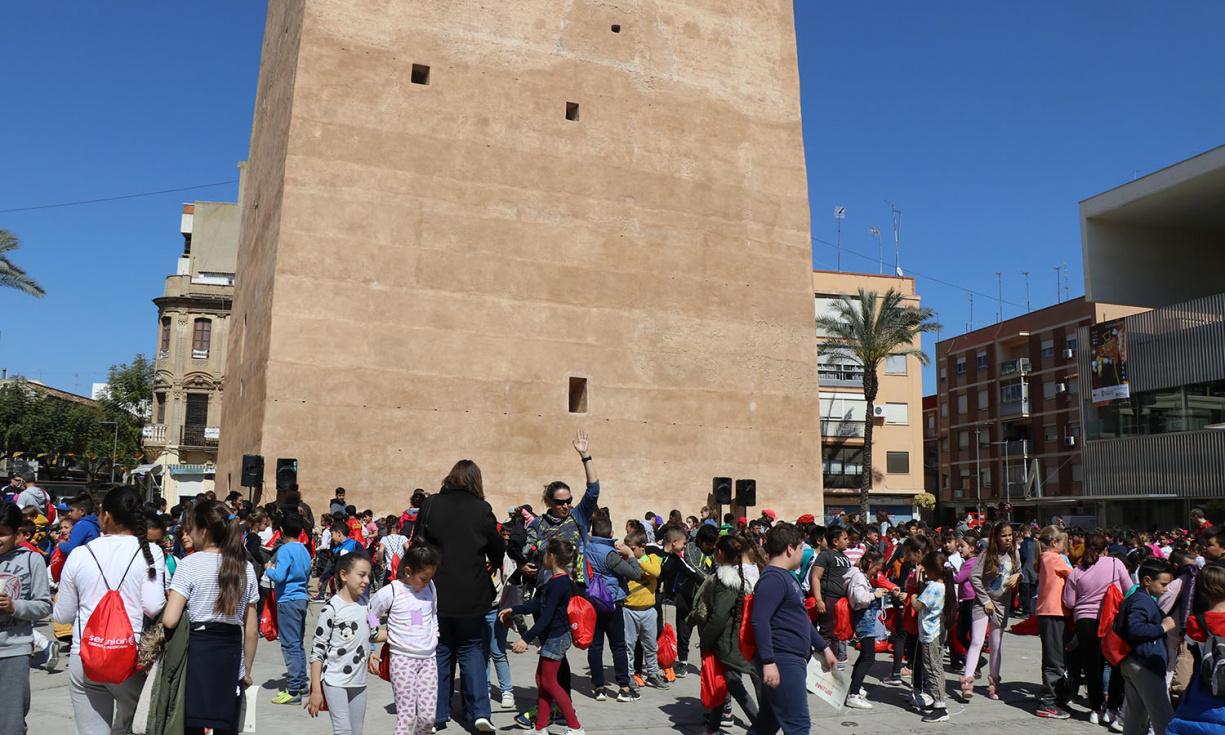 Els escolars gaudixen d'una jornada de jocs populars valencians