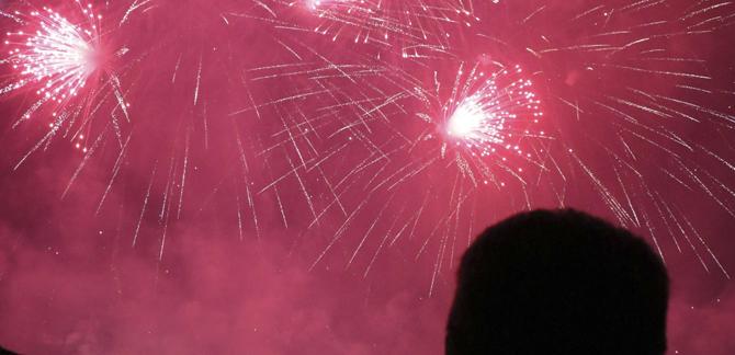 Un espectacle de color i soroll fa vibrar Torrent en la Nit del Foc