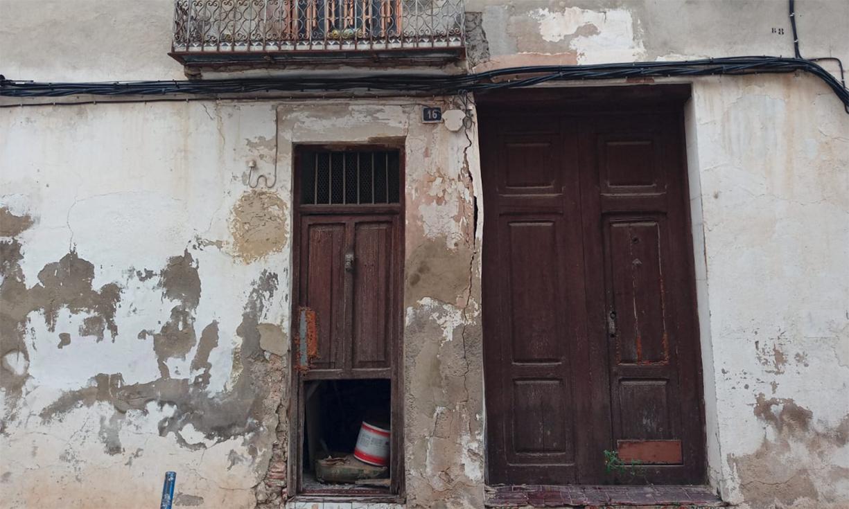 Vecinos yvecinas del Alter denuncian el estado en ruina de una vivienda en la calle Reyes Católicos