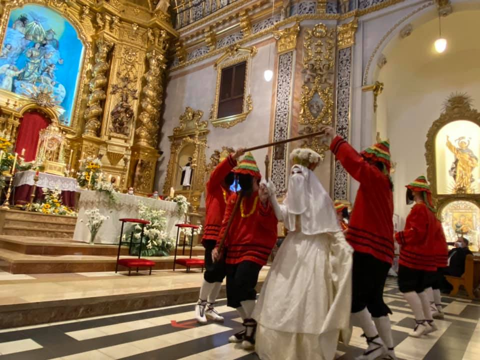 La Moma baila al Corpus Christi dentro de la parroquia