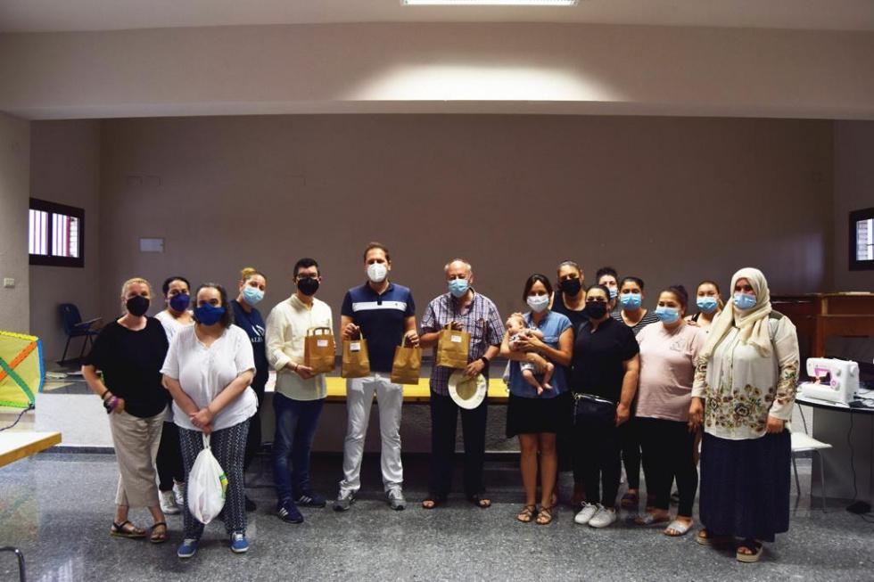 Las mujeres del centro social Xenillet confeccionan mascarillas para el colegio Juan XXIII