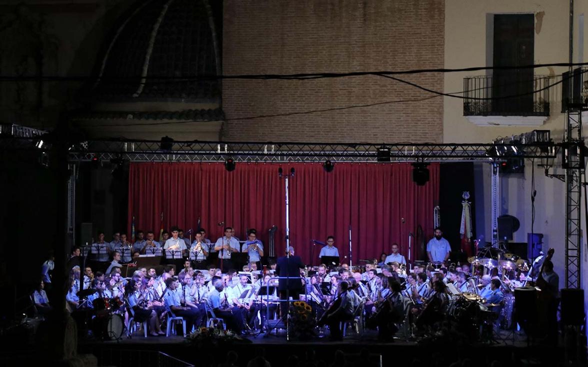 Torrent a dos bandes desborda de música y emoción la Plaza de la Iglesia