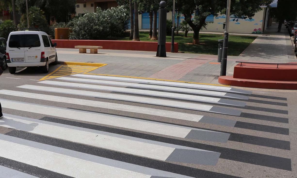El Ayuntamiento instala pasos de peatones 3D en las rutas escolares