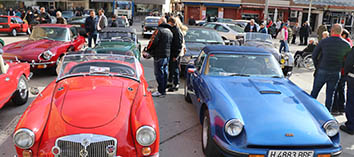 Más dfe 150 vehículos clásicos visita la plaza mayor