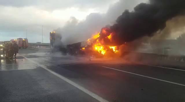 S'incendia un camió en l'A7 a l'altura de Torrent