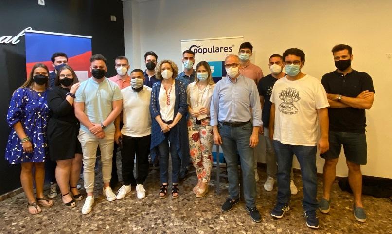 Els joves del PP de Torrent debaten amb el senador Fernando de Rosa