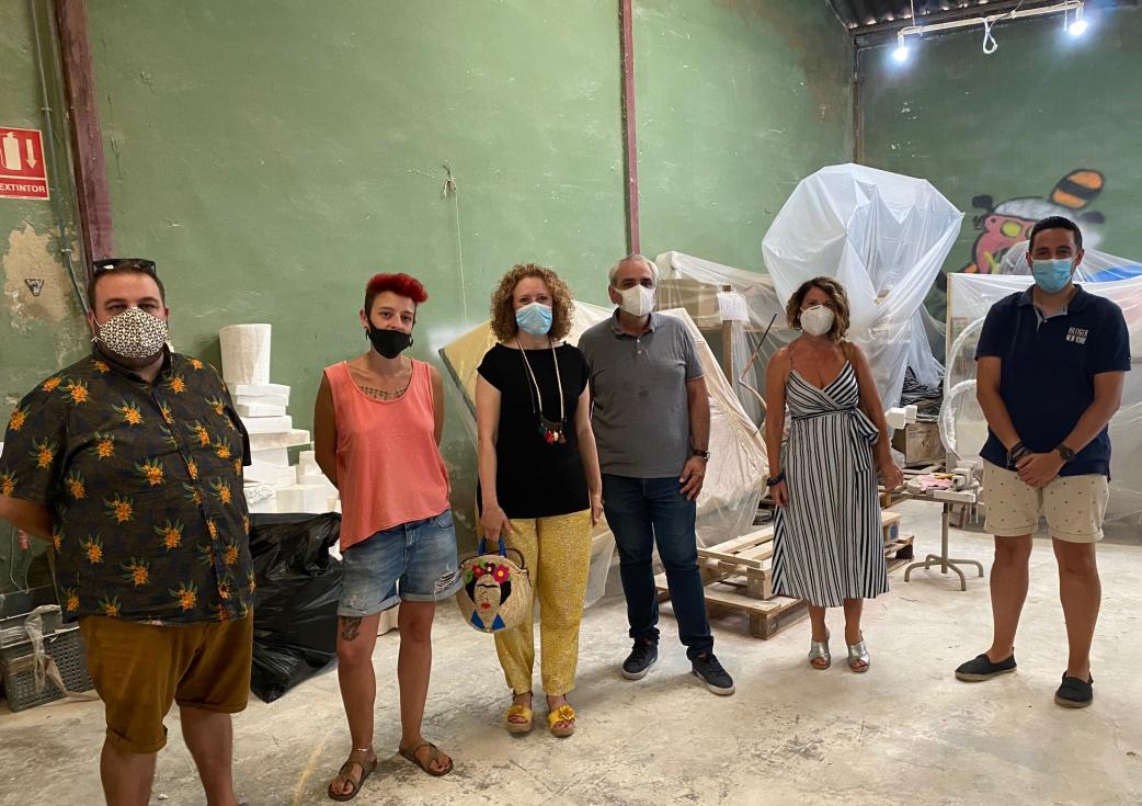 Folgado visita el taller de l'artista fallera Gio i demana que es posen ja en marxa les ajudes al sector