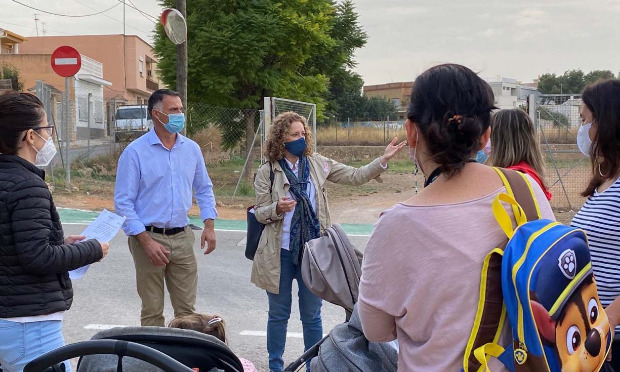 Els veïns de Parc Central reclamen l'obertura d'una via per a portar als seus fills al col·legi